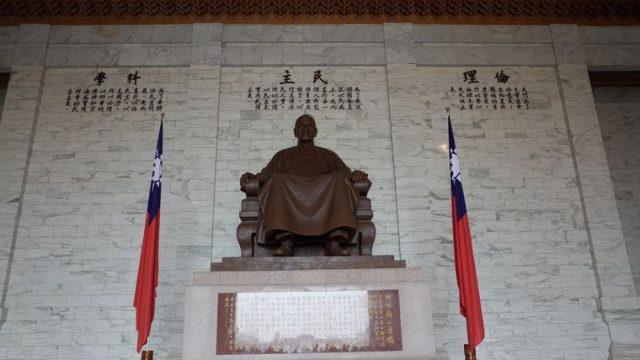 中正紀念堂(ツォンツェンチーニエンタン)の蒋介石像