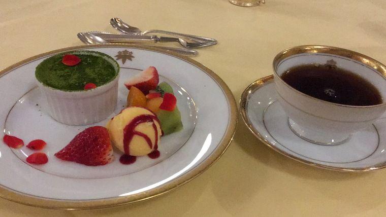 夕食 デザート(抹茶ムースとフルーツ、アイスクリーム)とコーヒー
