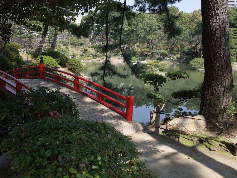縮景園 池と赤い欄干の橋